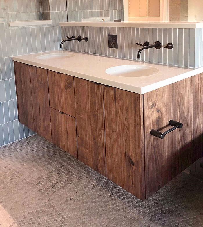 Waschtisch aus Holz, Schwebend, im Badezimmer