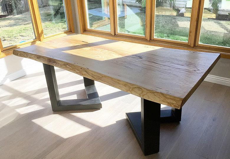 Massiver Holztisch auf Stahlfüssen