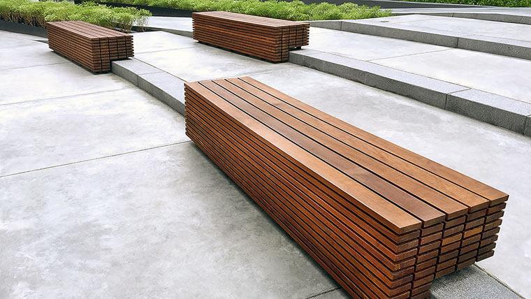 Moderne, massive Holzbank für den aussenbereich